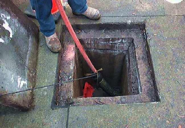 plombier déboucheur qui débouche un égout bouché