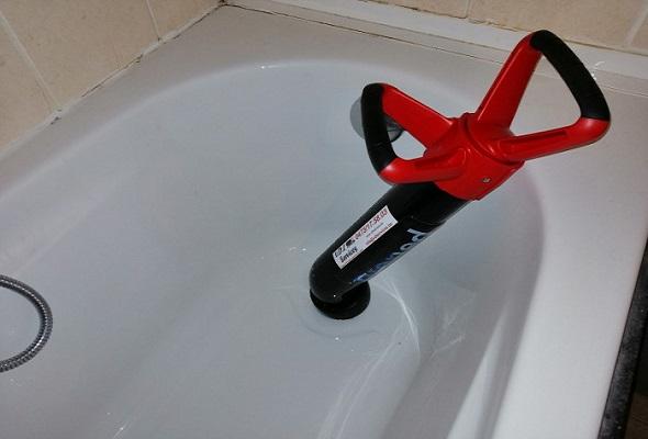 déboucheur qui débouche une baignoire dans la salle de bain