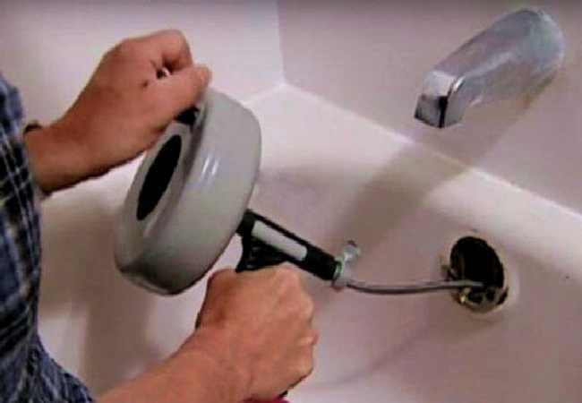 plombier déboucheur qui débouche une douche baignoire bouchée