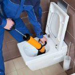 plombier déboucheur qui débouche un wc toilette bouché